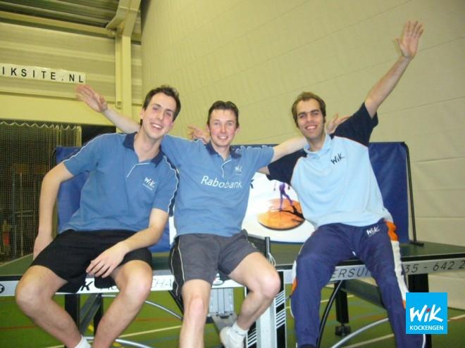 WIK 1, met v.l.n.r. Sjoerd Vendrik (invaller), Frank Struijk en Alex de Hoop, is officieus kampioen geworden in de 2e klasse. Ontbrekend op foto zijn Alwin Grootenhuis en Martin van Steijn.