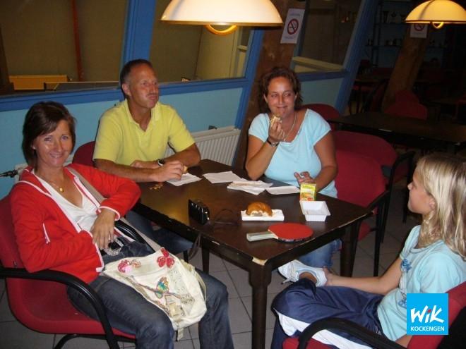 Pa en ma Fokker plus de moeder van Sharona steunen de hele dag Ronald en de prijsvechters in hun strijd om eremetaal.