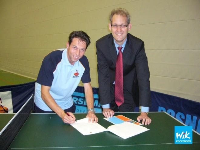 Voorzitter Ronald Verleun en vestigingsmanager van Rabobank Veenstromen, Michiel de Rijk, tekenen 3-jarig contract.