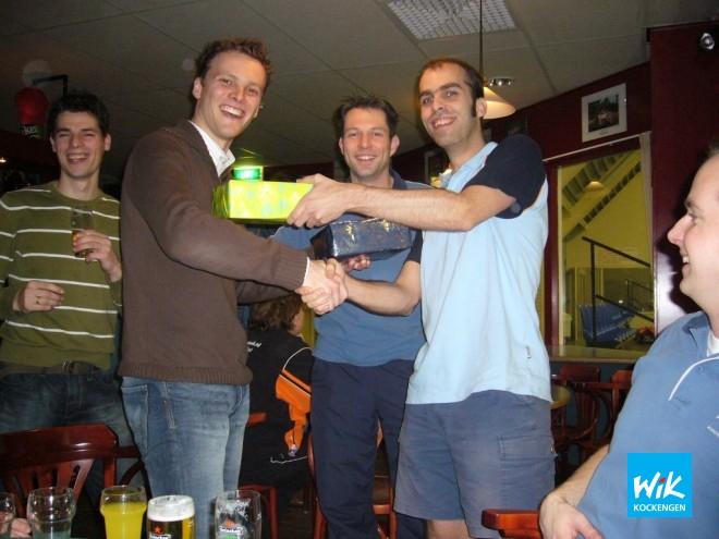 Ivo de Rijk (links) was de afgelopen vijf jaar actief als penningmeester van WIK en draagt nu deze taak over aan Alex de Hoop.