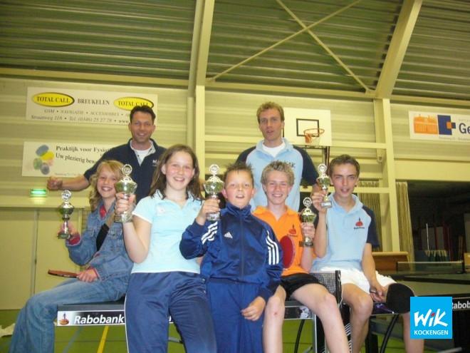 Op achtergrond twee van de drie jeugdtrainers van WIK, Ronald en Jesse. Op voorgrond de prijswinnaars, v.l.n.r. Sharona Kooijman, Esther Stam, Ruben Stam, Marcel Hoogendoorn en Mark Boele.