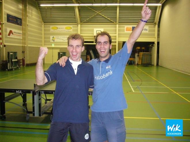 Jesse en Alex vieren hun behaalde clubkampioenschap.