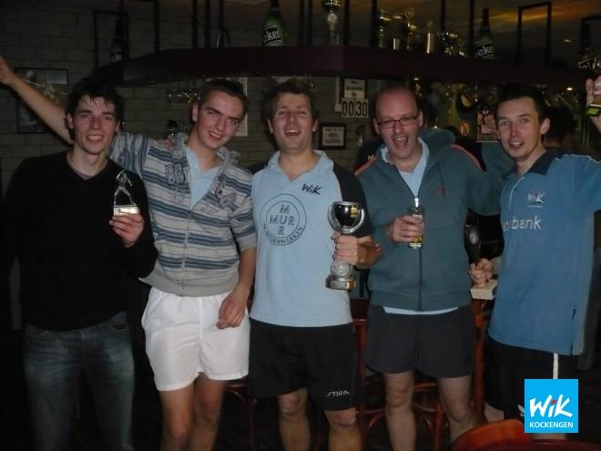 Het erepodium na een enerverende tafeltennisavond met v.l.n.r. Martin van Steijn, Mark Boele, Jan Willem Mur, Wim Honkoop en Frank Struijk.