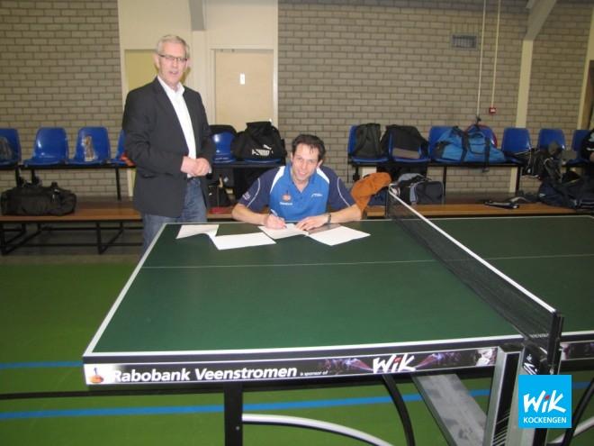 Kantoordirecteur Rabobank Ruud Kwakkenbos en voorzitter Ronald Verleun gingen met elkaar aan tafel om contract te tekenen.
