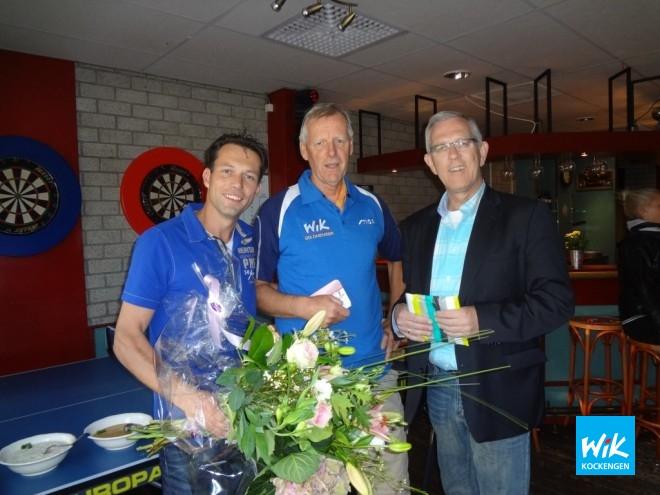 V.l.n.r. voorzitter Ronald Verleun, erelid Hans de Rijk en Rabobank directeur Ruud Kwakkenbos tijdens huldiging 50 jarig lidmaatschap bij WIK.