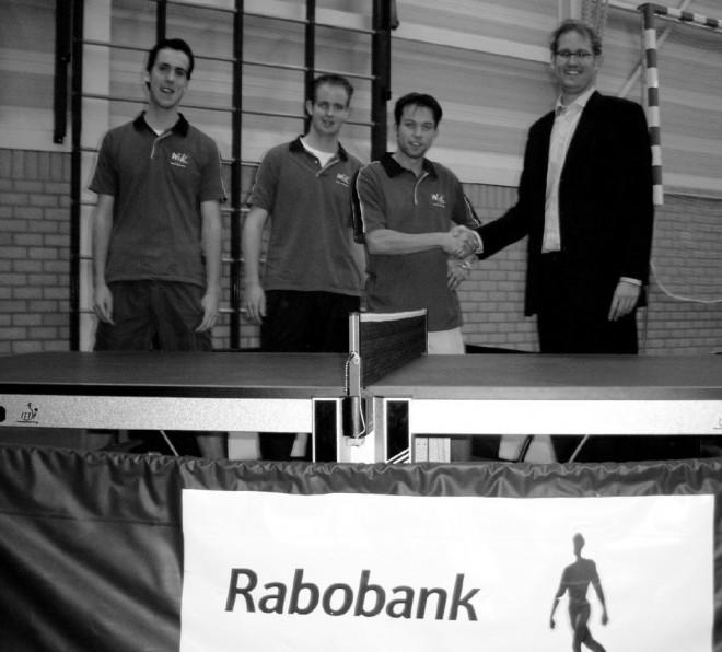 Sjoerd Vendrik, Tim van Weerdenburg en Ronald Verleun (vlnr) bedanken namens WIK sponsor Michiel de Rijk, vestigingsmanager van Rabobank Veenstromen.
