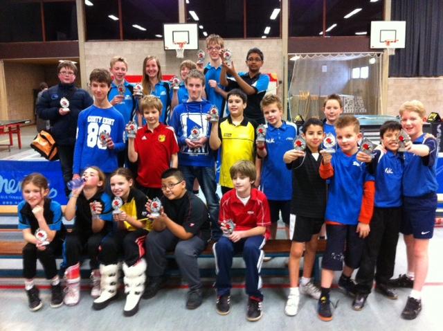 De prijswinnaars tijdens de minimeerkampen in Soest. Aan de rechterzijde een vijftal spelers van WIK.