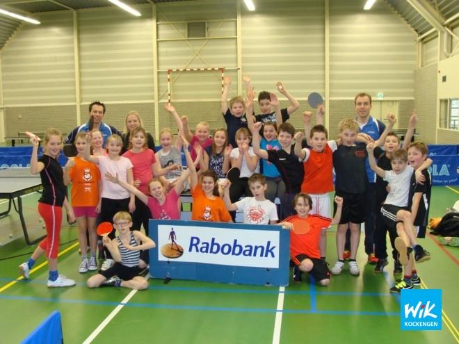 Op foto: Ook groep 6 en juf Ria van De Wegwijzer deed enthousiast mee tijdens de tafeltennisclinics.