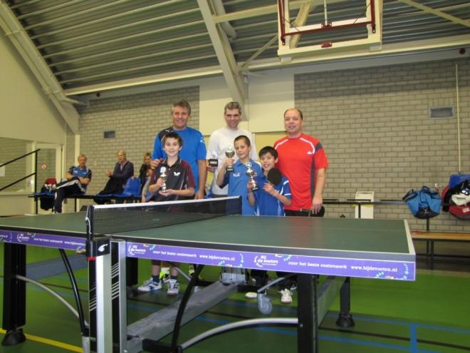 Links het duo Harry en Nick van Dijk (3e), midden Ad van Dam en Teun van Asselt (1e) en rechts Gerard en Xander den Hertog (2e).