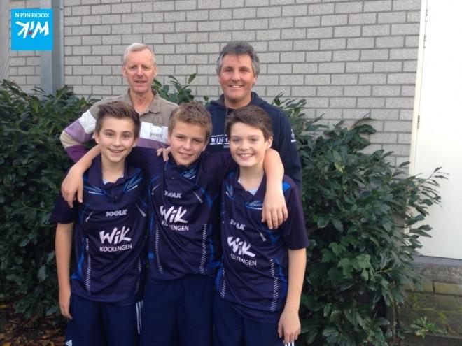 Jongens WIK 1 in WIKshirts (Partytentverhuur Kockengen), direct na gewonnen wedstrijd.