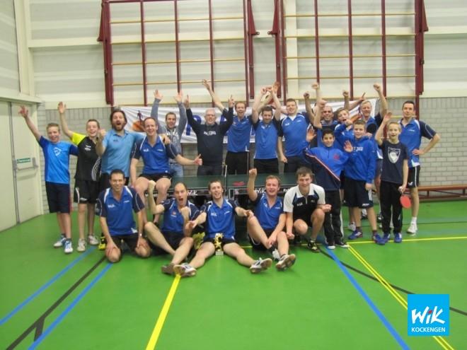 Deelnemers WIK Daviscup met Ruud Kwakkenbos in het middelpunt (met donkerblauwe WIK on TOUR trui.