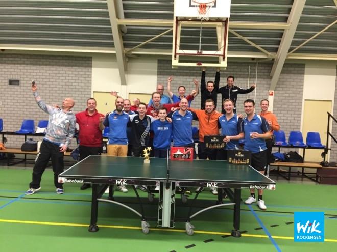 Op foto de deelnemers van de WIK Daviscup met Alex de Hoop (derde van links), met daarnaast Tim van der Leeden, Nick van Dijk en Justus Romijn.