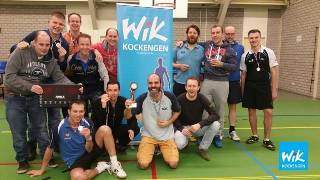 Alex de Hoop in het midden van half deelnemersveld. Geheel rechts staat Joost Zagt, medefinalist met het zilver.
