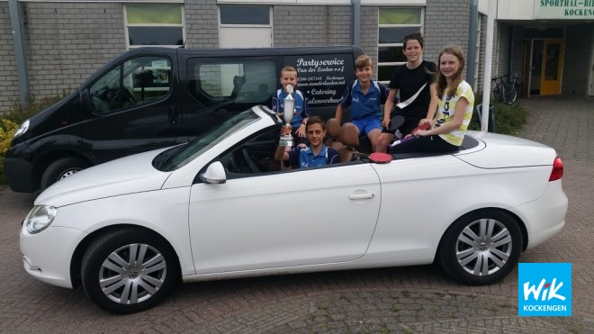 Coen, Teun (met procentenbeker voor zijn 90% derde klasse prestatie), Bastiaan, Sander en Esmee in zegekar.
