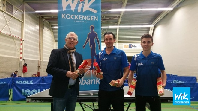 Rabobank directeur Ruud Kwakkenbos feliciteert Frank Struijk en Nick van Dijk. Tim van Weerdenburg en Johannes Fitzer spelen op dat moment hun uitwedstrijd in Nieuwegein.
