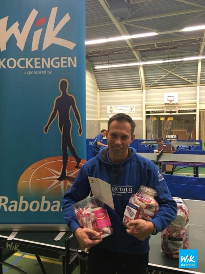 Voorzitter Ronald Verleun ontvangt de cheque en vier potten spekkies uit handen  van Rabobank directeur Ruud Kwakkenbos.